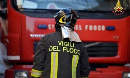 Appartamento devastato dalle fiamme in via Cesare Battisti