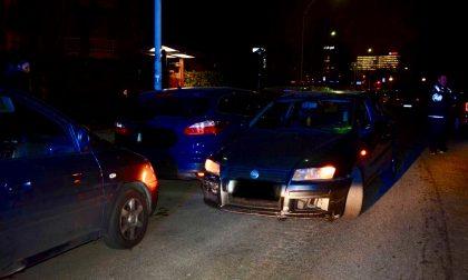 Ubriaco urta auto in contromano, fermato dalla polizia locale