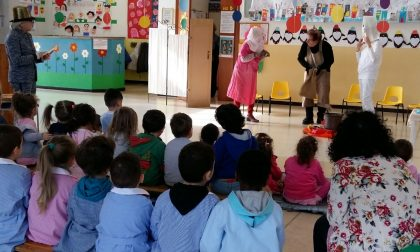 Nonni in costume per raccontare le fiabe ai bambini