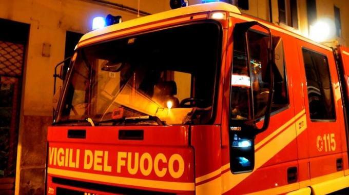 Appartamento in fiamme mentre dormivano, salvati padre e figlio