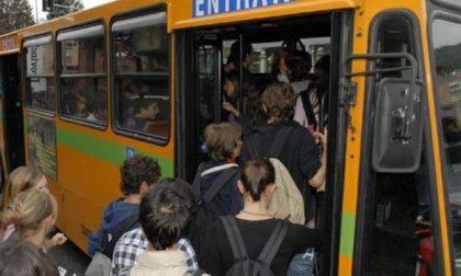 Si masturba sull'autobus davanti ai bambini: fermato e denunciato