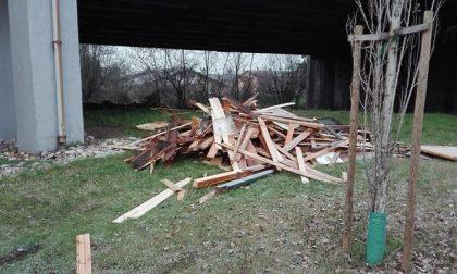 Discariche abusive a Trezzano: assi di legno, lamiere e macerie abbandonate