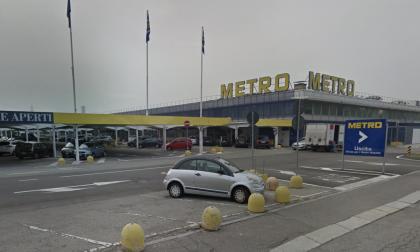 Ruba borsa da una macchina al parcheggio della Metro: arrestato