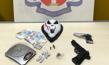 Fermato 20enne In casa munizioni, droga e una maschera a forma di teschio