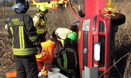 Auto contro tir lungo la sp 40 a Lacchiarella: in corso le operazioni dei soccorritori FOTO
