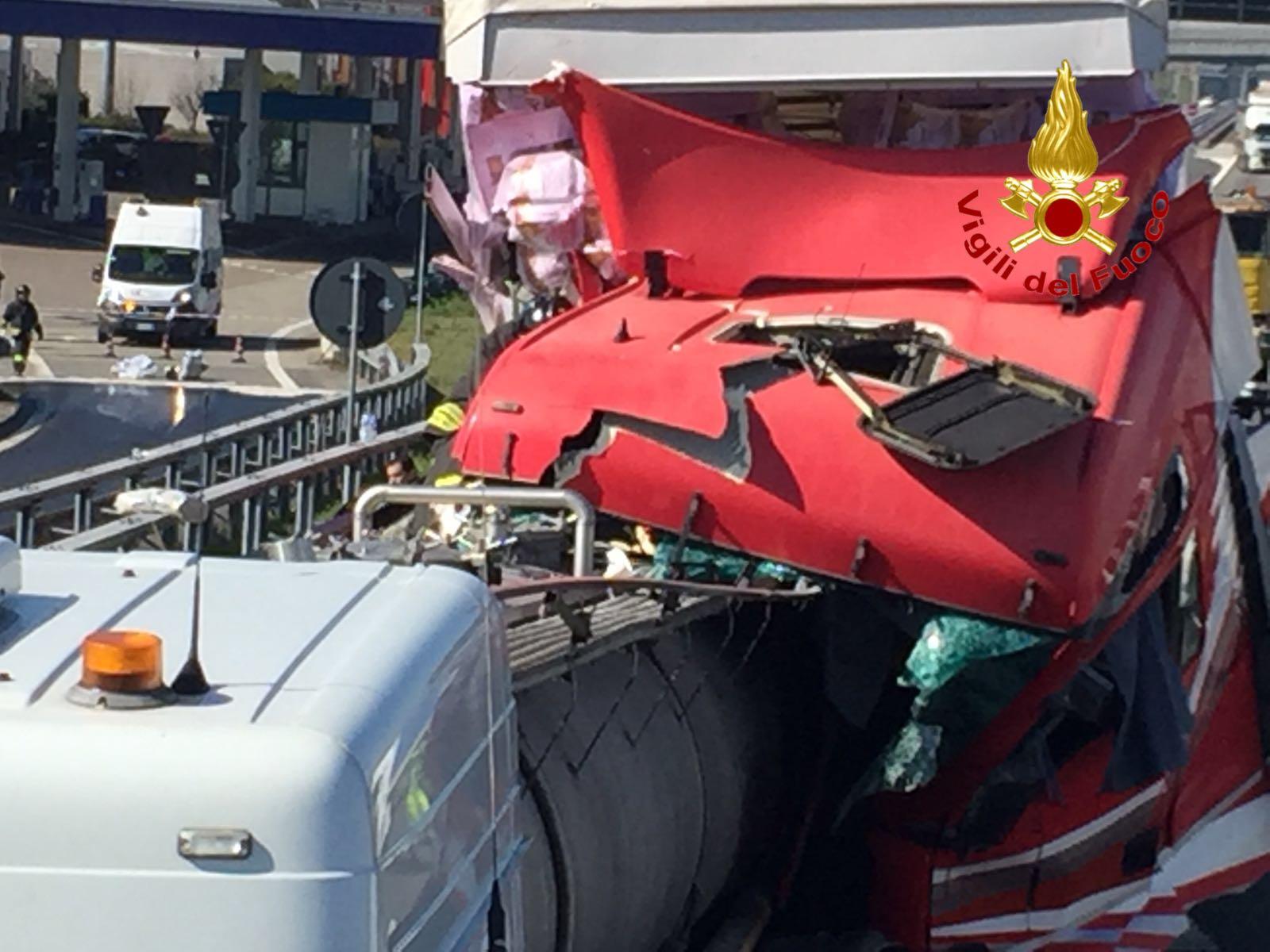 Scontro fra tir, emergenza in A4 per acido solforico sull'asfalto