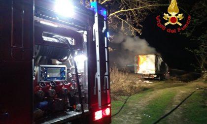 Camion incendiato sulla via per Cusago (FOTO)