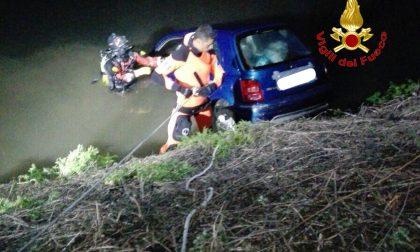 Auto nel Lambro a Rozzano: nessun ferito (FOTO)