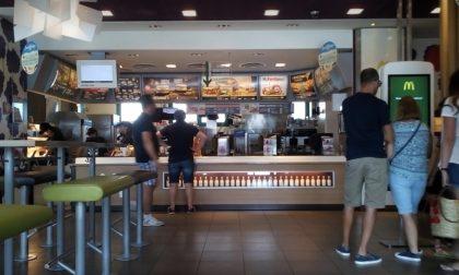 Rapina al McDonald di Corsico, armato di coltello porta via 100 euro
