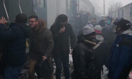 Fumo sul treno Milano-Mortara, passeggeri costretti a scendere sui binari a Gaggiano