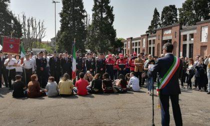 Lungo corteo e contestazioni silenziose: il 25 aprile di Corsico (FOTO)