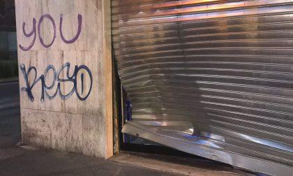 Auto contro saracinesca: tentato furto al bar di Corsico in via IV novembre