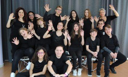 Dodici ragazzi sul palco con Roger Waters per Another Brick in the Wall