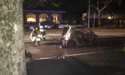 Auto in fiamme questa notte a Cesano Boscone