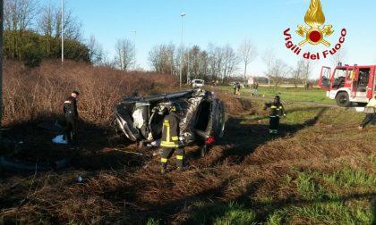 Si ribalta a bordo di auto rubata a Carpiano: conducente deceduto