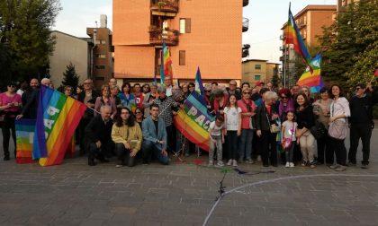 Bandiere arcobaleno e fili colorati: Flash mob per la pace a Corsico (FOTO)