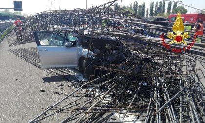 Camion perde il carico: tangenziale bloccata e sei feriti (FOTO)