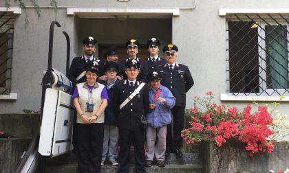 Solidarietà in caserma: i carabinieri accolgono gli ospiti della Sacra Famiglia
