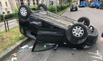 Auto si ribalta in viale Tibaldi: traffico paralizzato per oltre un'ora