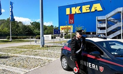 Guardia Ikea presa a calci e pugni per rubare una macchina, arrestato
