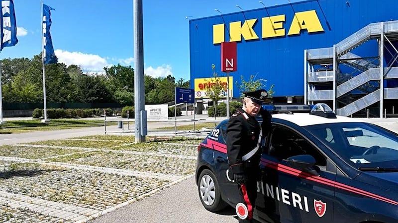 Guardia Ikea Presa A Calci E Pugni Per Rubare Una Macchina