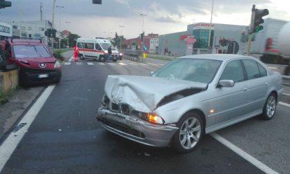 Brucia semaforo rosso, scontro tra auto e furgoncino sulla Nuova Vigevanese