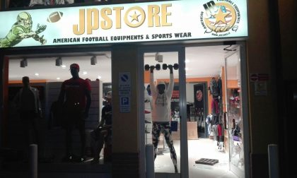 Porta sfondata nella notte: furto negozio Jp Store di Buccinasco