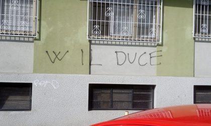 Scritta sul muro della sede del PD di Cesano Boscone: Viva il Duce