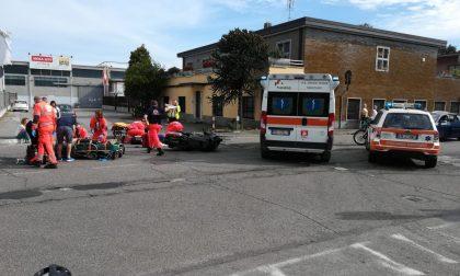 Incidente a Corsico | Auto non si ferma allo stop e centra moto: due feriti