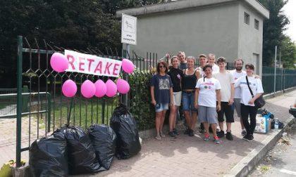Pennelli, rulli e rastrelli: Retake pulisce l'area verde di via Petrarca