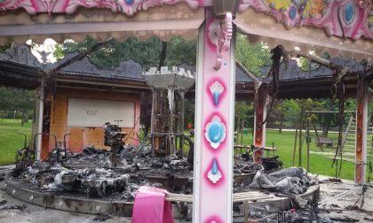 Fiamme al parco Giorgella, giostra bruciata nella notte | Le cause