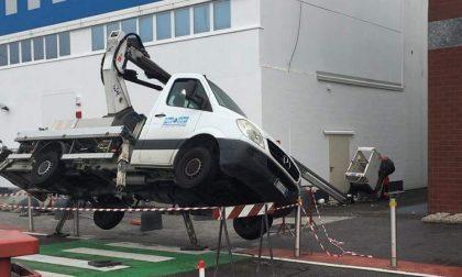 Camion si ribalta e l'operaio nel cestello precipita dalla gru