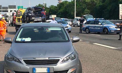 Manovra azzardata in tangenziale provoca incidente, tre feriti