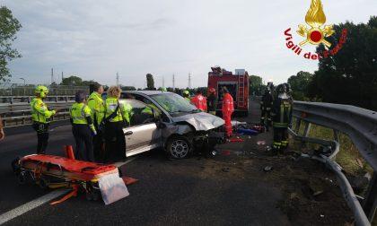 Incidente in tangenziale | Macchina contro guardrail, tre ragazzi feriti FOTO
