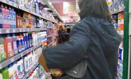 Ruba al supermercato, tira un pugno alla guardia e scappa: arrestata 38enne