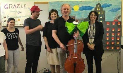 Musica in classe: la Nazionale Italiana Comici dona un violoncello alla scuola media di Rozzano