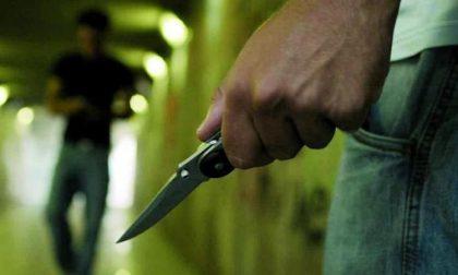 Minacciano con coltello un 15enne: fermata coppia di rapinatori