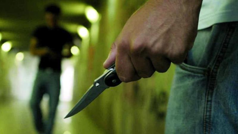 Minacciano con coltello