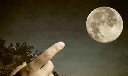 Stasera guarderete al dito o alla luna?