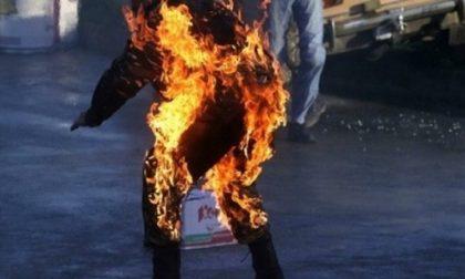 Si dà fuoco per strada: 29enne gravissimo, ustionati anche due agenti