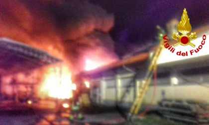 Tre incendi nella notte, un anziano muore tra le fiamme