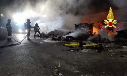 Auto e rifiuti in fiamme dietro il campo rom di via Bonfadini FOTO