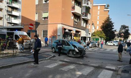 Furgone travolge auto, poi l'autista si dà alla fuga FOTO