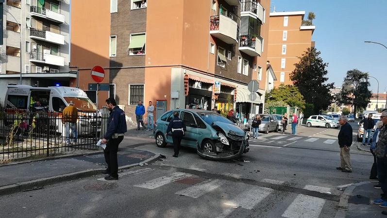 Furgone travolge auto