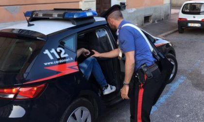 Spaccia a Villaggio Giardino in pieno giorno, arrestato 52enne