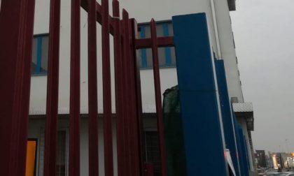 Blitz nel capannone di via Resistenza: dentro decine di posti letto