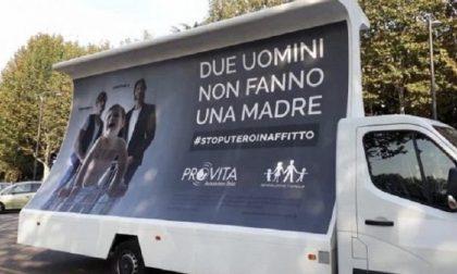 """""""Cartelli omofobi"""", i Sentinelli di Milano chiedono la rimozione"""