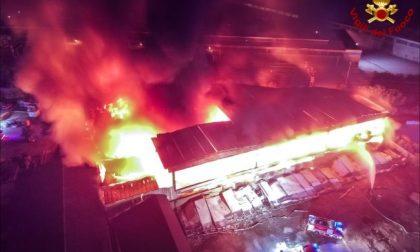 """FLASH Odore di bruciato a Buccinasco e Corsico: """"Arriva dai capannoni incendiati"""" FOTO"""