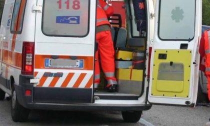 Ciclista cade e si ferisce gravemente con delle forbici che aveva in tasca