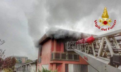 Incendio a Civesio, le fiamme avvolgono una palazzina FOTO
